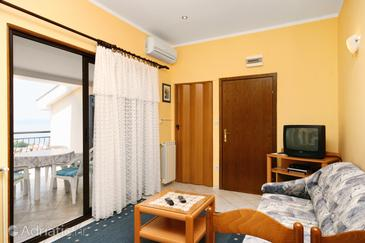Novi Vinodolski, Camera de zi în unitate de cazare tip apartment, aer condiționat disponibil şi WiFi.