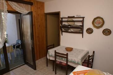 Splitska, Jadalnia w zakwaterowaniu typu apartment.