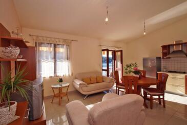 Brna, Obývací pokoj v ubytování typu apartment.