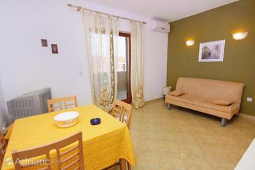 Postira, Dining room in the apartment, air condition available, (pet friendly) and WiFi.