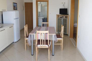 Sumartin, Dining room in the apartment, dostupna klima i WIFI.