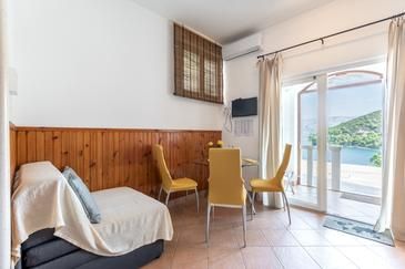 Pučišća, Dining room in the studio-apartment, air condition available and WiFi.
