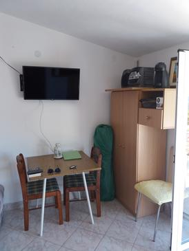 Sutivan, Dining room in the studio-apartment, air condition available and WiFi.