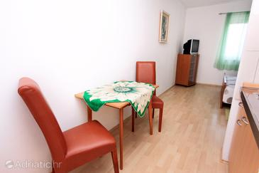 Bol, Dining room in the studio-apartment, dostupna klima i WIFI.