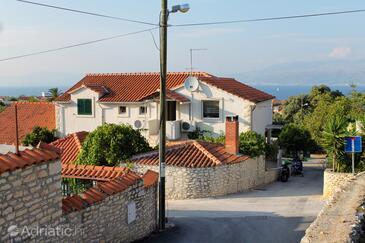 Supetar, Brač, Объект 5662 - Апартаменты с галечным пляжем.