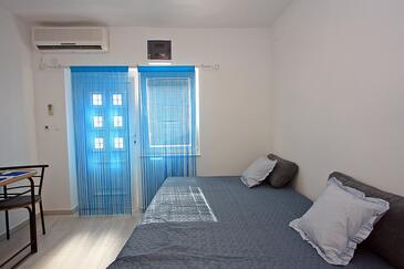 Supetar, Living room in the studio-apartment, air condition available and WiFi.