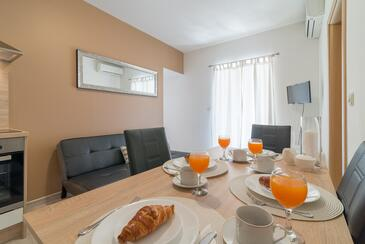 Nin, Dining room in the apartment, air condition available and WiFi.