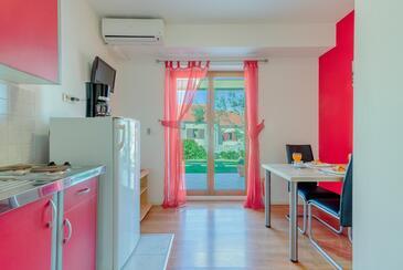 Nin, Jídelna v ubytování typu studio-apartment, s klimatizací a WiFi.