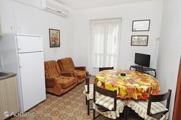 Supetar, Dining room in the apartment, dostupna klima, dopusteni kucni ljubimci i WIFI.