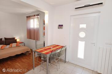 Jelsa, Dining room in the studio-apartment, dostupna klima i WIFI.