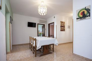 Brodarica, Comedor in the apartment, air condition available, (pet friendly) y WiFi.