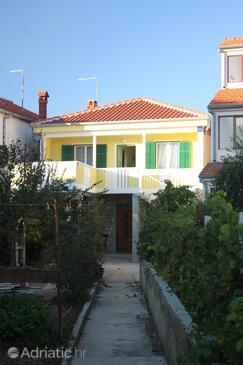 Turanj, Biograd, Объект 5740 - Апартаменты вблизи моря с галечным пляжем.