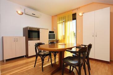 Bibinje, Jídelna v ubytování typu studio-apartment, dostupna klima, dopusteni kucni ljubimci i WIFI.