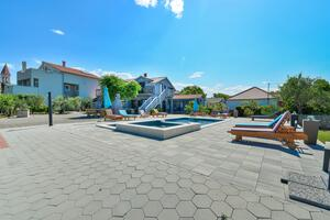 Family friendly apartments with a swimming pool Privlaka, Zadar - 5762