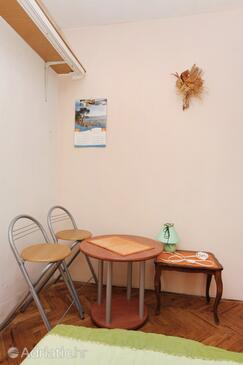 Bibinje, Dining room in the studio-apartment, (pet friendly) and WiFi.