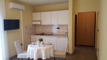 Zadar - Diklo, Jedáleň v ubytovacej jednotke studio-apartment, klimatizácia k dispozícii a WiFi.