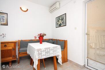 Sukošan, Jídelna v ubytování typu apartment, s klimatizací a WiFi.