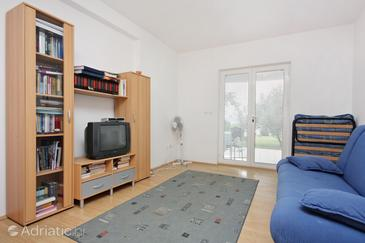 Bibinje, Sala de estar in the apartment, air condition available y WiFi.
