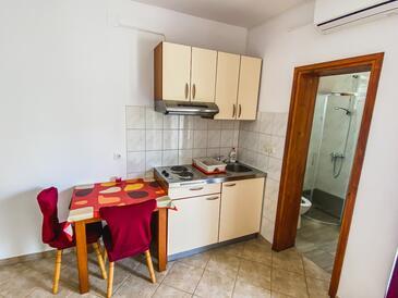 Zadar - Diklo, Dining room in the studio-apartment, dostupna klima i WIFI.