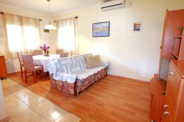 Nin, Wohnzimmer in folgender Unterkunftsart apartment, Klimaanlage vorhanden, Haustiere erlaubt und WiFi.