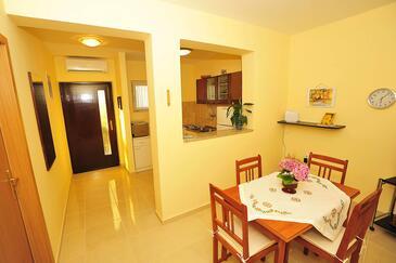 Sukošan, Dining room in the apartment, dostupna klima i WIFI.