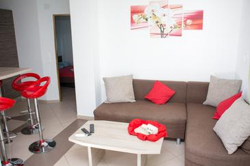 Vodice, Sala de estar in the apartment, air condition available, (pet friendly) y WiFi.