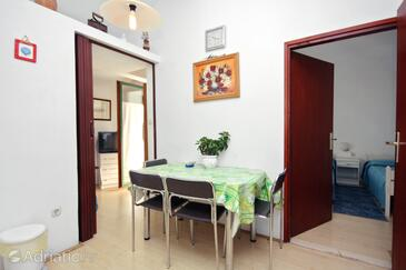 Sukošan, Jídelna v ubytování typu studio-apartment, s klimatizací a WiFi.