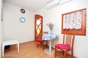 Sabunike, Dining room in the apartment, air condition available and WiFi.
