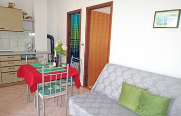 Vinjerac, Sala de estar in the apartment, air condition available y WiFi.