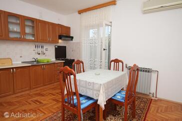 Tkon, Dining room in the apartment, dostupna klima i WIFI.