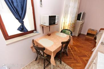 Nin, Dining room in the studio-apartment, dostupna klima, dopusteni kucni ljubimci i WIFI.