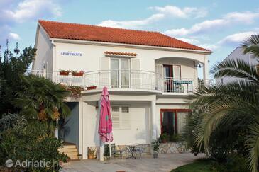 Sukošan, Zadar, Объект 5863 - Апартаменты вблизи моря с галечным пляжем.