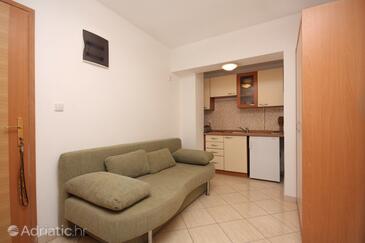 Sukošan, Living room in the studio-apartment, dostupna klima i WIFI.