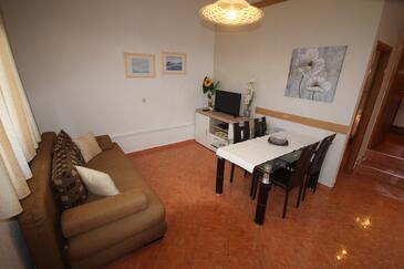 Zadar - Diklo, Obývacia izba v ubytovacej jednotke apartment, klimatizácia k dispozícii, domáci miláčikovia povolení a WiFi.