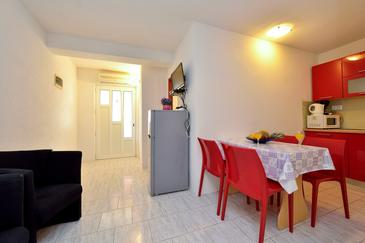 Drage, Dining room in the apartment, air condition available, (pet friendly) and WiFi.