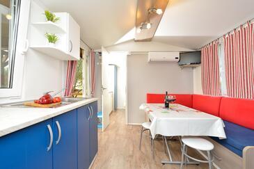 Drage, Jídelna v ubytování typu apartment, s klimatizací, domácí mazlíčci povoleni a WiFi.