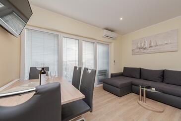 Sukošan, Wohnzimmer in folgender Unterkunftsart apartment, Klimaanlage vorhanden und WiFi.