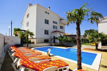 Sukošan, Zadar, Objekt 5906 - Apartmaji in sobe s prodnato plažo.