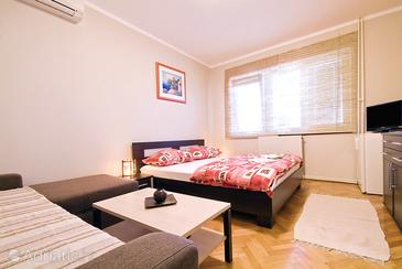 Sukošan, Bedroom in the room, air condition available and WiFi.