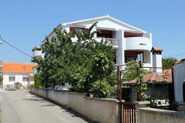 Zadar - Diklo, Zadar, Objekt 5908 - Apartmaji s prodnato plažo.