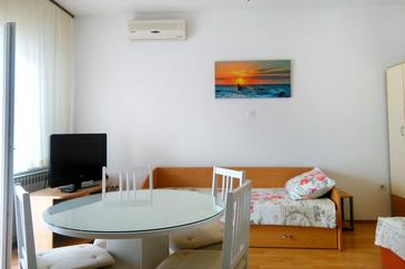Zadar - Diklo, Dining room in the studio-apartment, air condition available and WiFi.