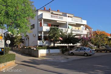 Zadar - Diklo, Zadar, Obiekt 5913 - Apartamenty przy morzu ze żwirową plażą.