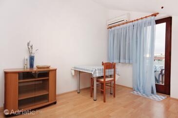 Sukošan, Dining room in the studio-apartment, dostupna klima i WIFI.