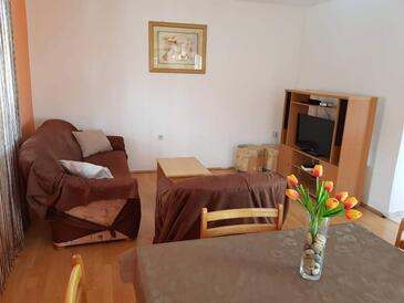 Nin, Living room in the apartment, air condition available and WiFi.