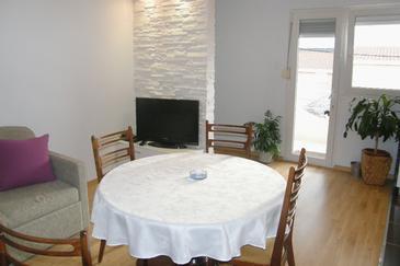 Rtina - Miočići, Dining room in the apartment, dostupna klima.