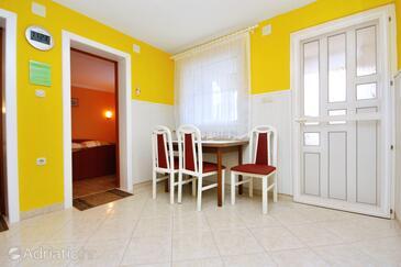 Zukve, Dining room in the apartment, dostupna klima i WIFI.