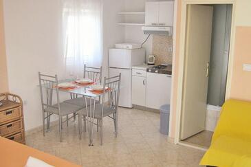 Zakučac, Dining room in the studio-apartment, dopusteni kucni ljubimci i WIFI.