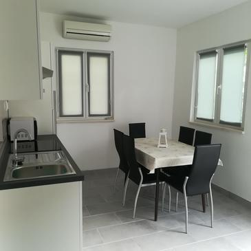 Seget Vranjica, Dining room in the apartment, air condition available and WiFi.