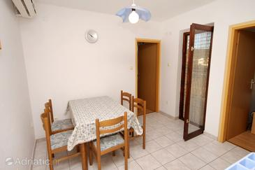 Vinišće, Dining room in the apartment, dostupna klima.
