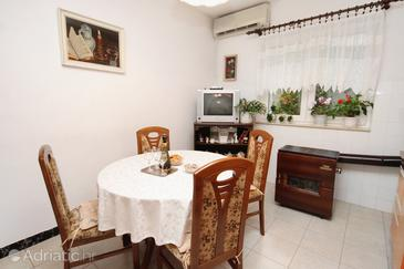 Sumpetar, Dining room in the apartment, dostupna klima i WIFI.